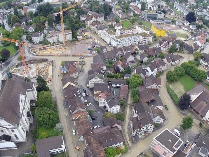 Heftige Regenfälle haben in der benachbarten Schweiz zu zahlreichen Feuerwehreinsätzen geführt.