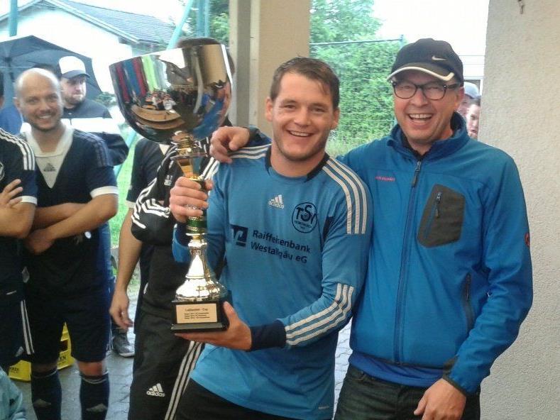 Der Kapitän vom TSV Heimenkirch nahm den Wanderpokal entgegen.