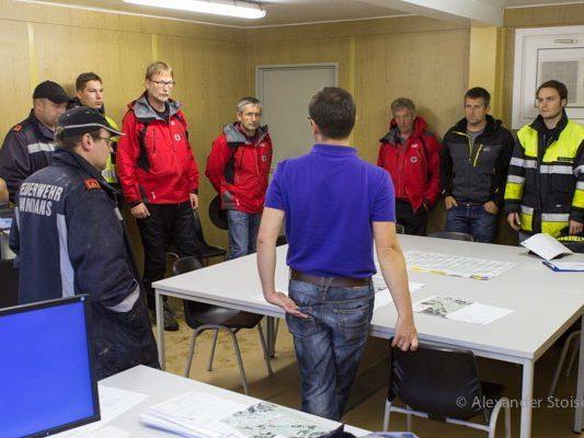 Bergrettung und Feuerwehr Vandans wurden über Arbeiten und Sicherheitsmaßnahmen bei der Baustelle im Rellstal informiert.