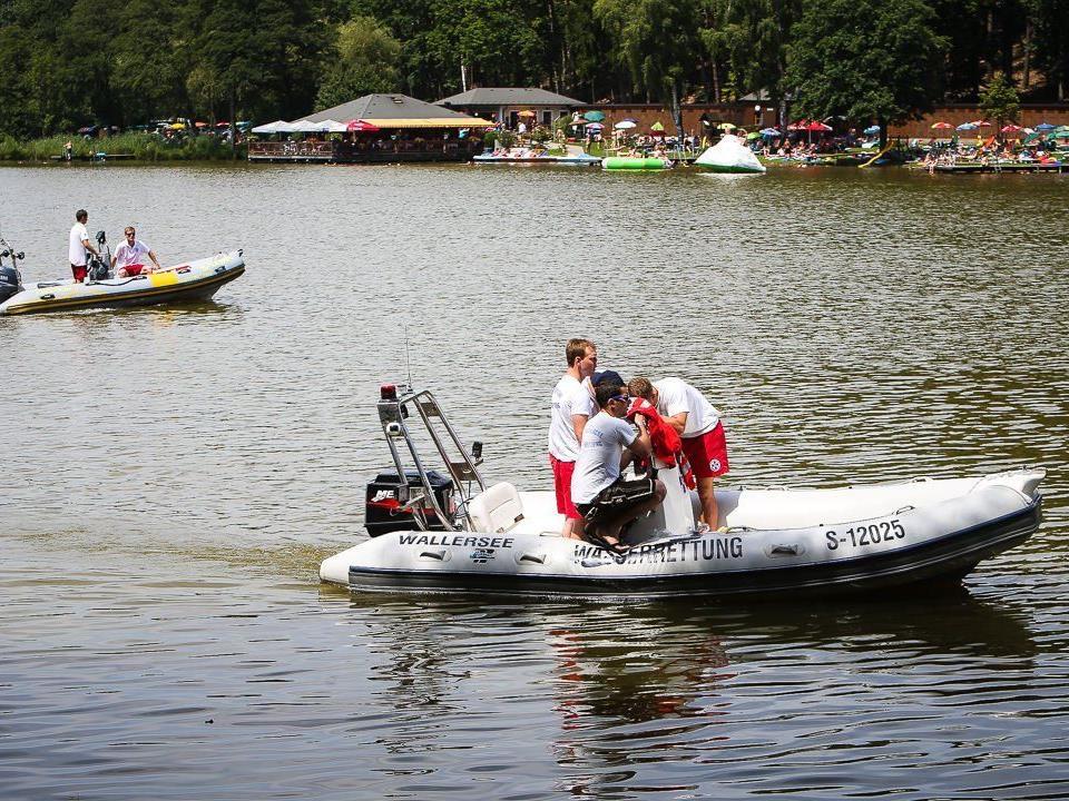 Gegen 14.30 Uhr wurde die Leiche laut Augenzeugen aus dem Wasser gezogen.