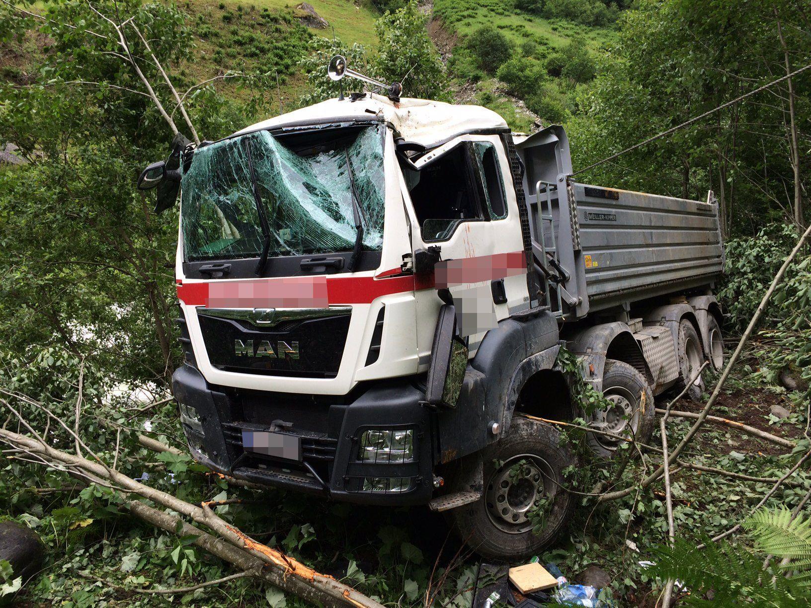 Der Lkw stürzte 30 Meter über eine steile Böschung ab.