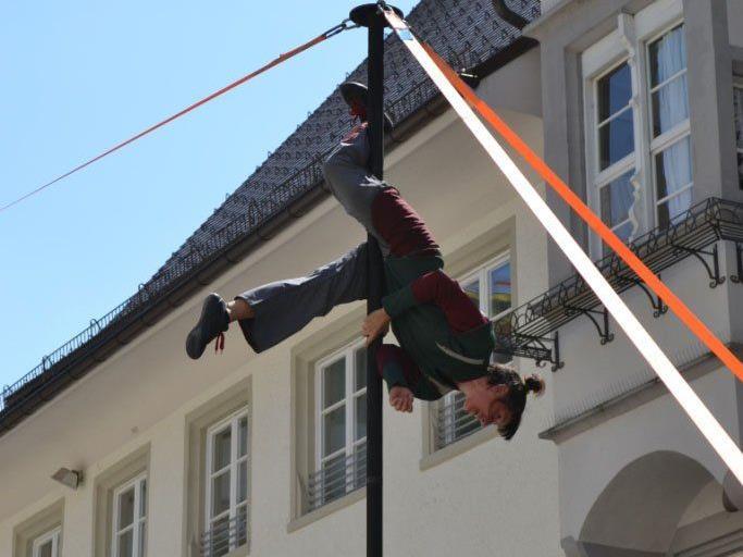 Akrobaten, Zauberer, Musikanten und Jongleure entführen in eine Welt der Attraktionen und Illusionen.