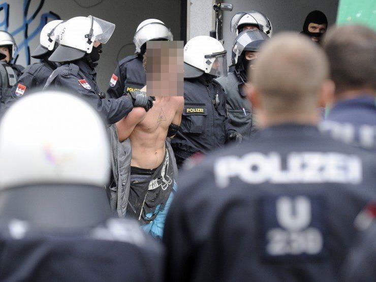 """Bis 19 Uhr konnten drei Besetzer der """"Pizzeria Anarchia"""" verhaftet werden."""