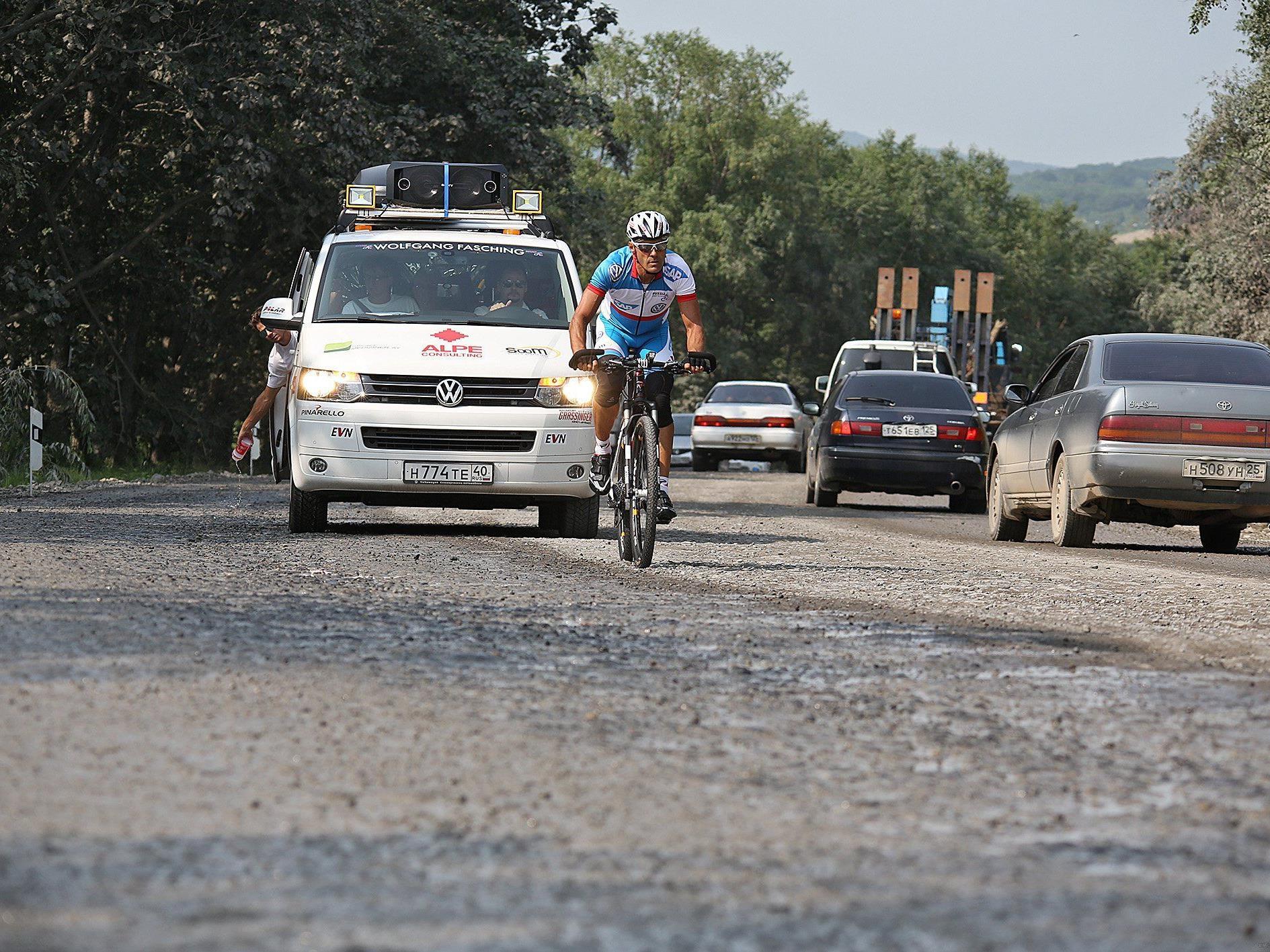 """Extremsportler Wolfgang Fasching am Mittwoch nach dem Start zu seiner """"Russia Coast to Coast"""" Tour in Wladiwostok."""