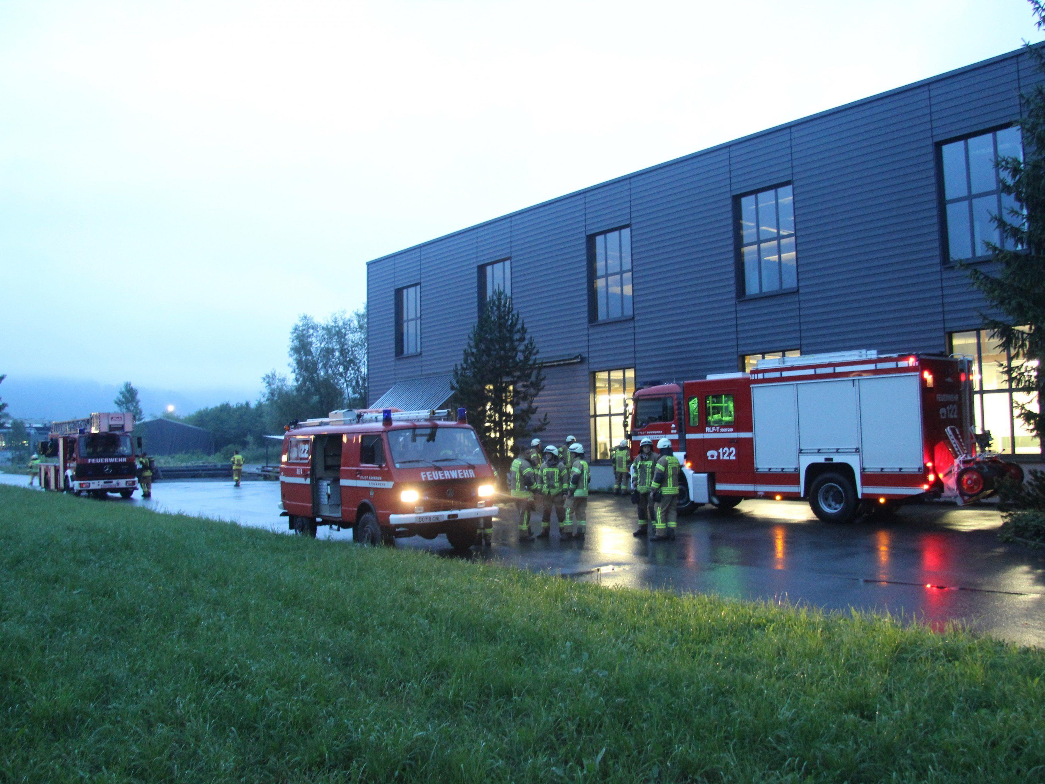 Geschäftsführer und Mitarbeiter konnten den Brand alleine nicht mehr löschen.