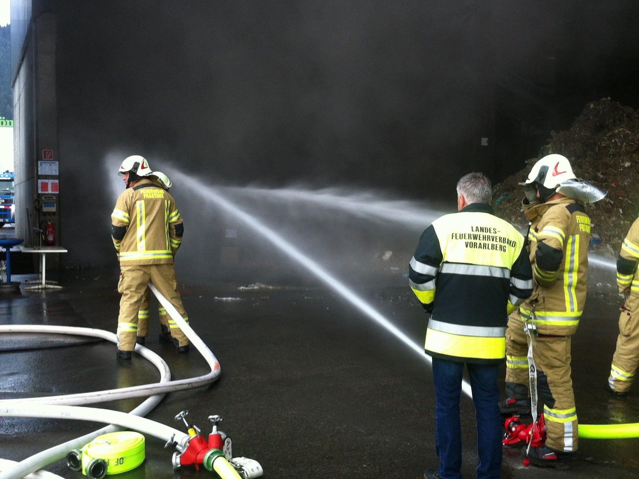 Die Feuerwehr brachte die brennenden Metallstücke rasch unter Kontrolle.