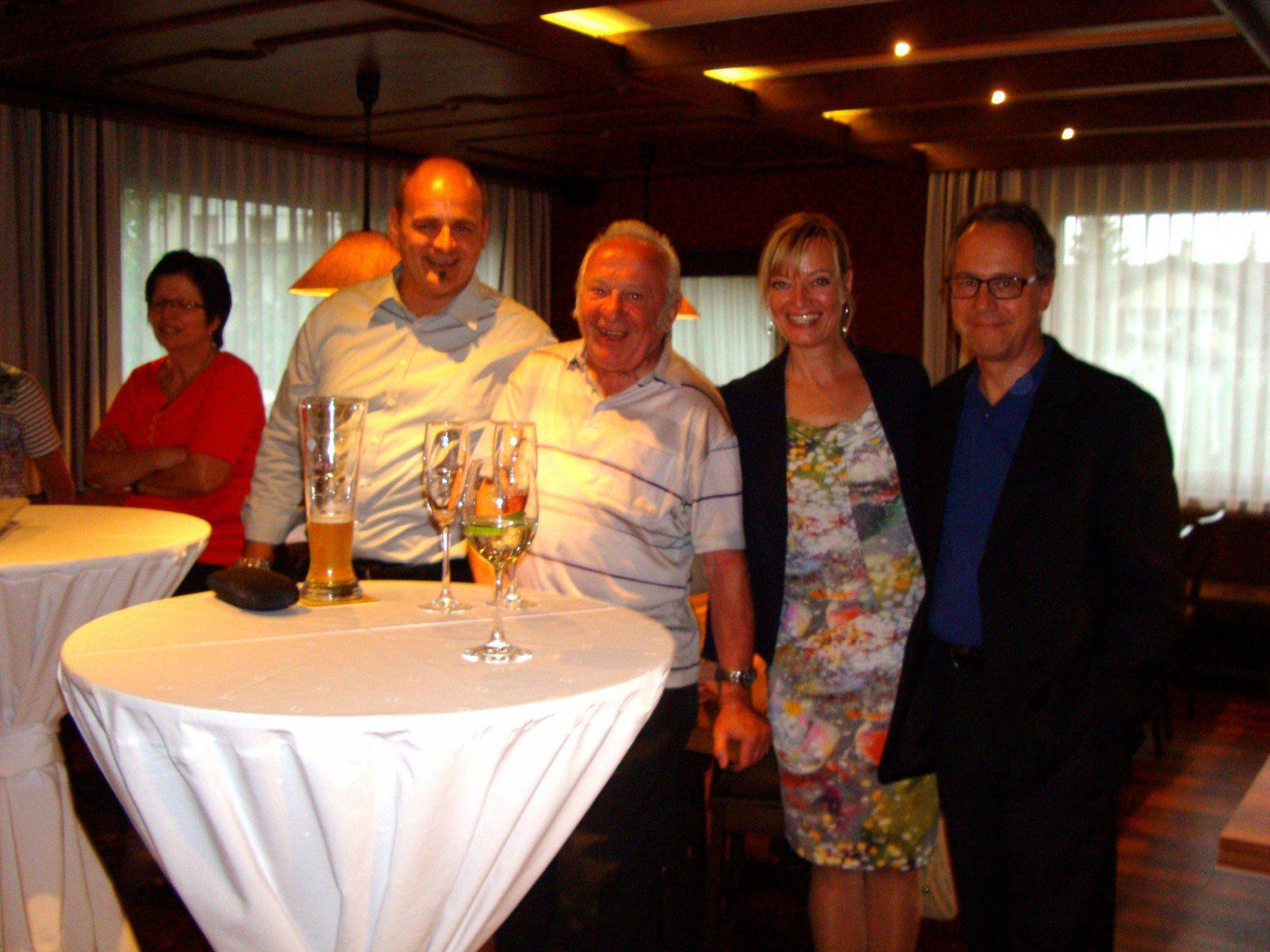 Jubilar Jürgen Boghe (2.v.l.) mit Rössle Wirt Martin Koch, Sabine Spiegel (Vorarlberg Tourismus) und Bürgermeister Roman Kopf