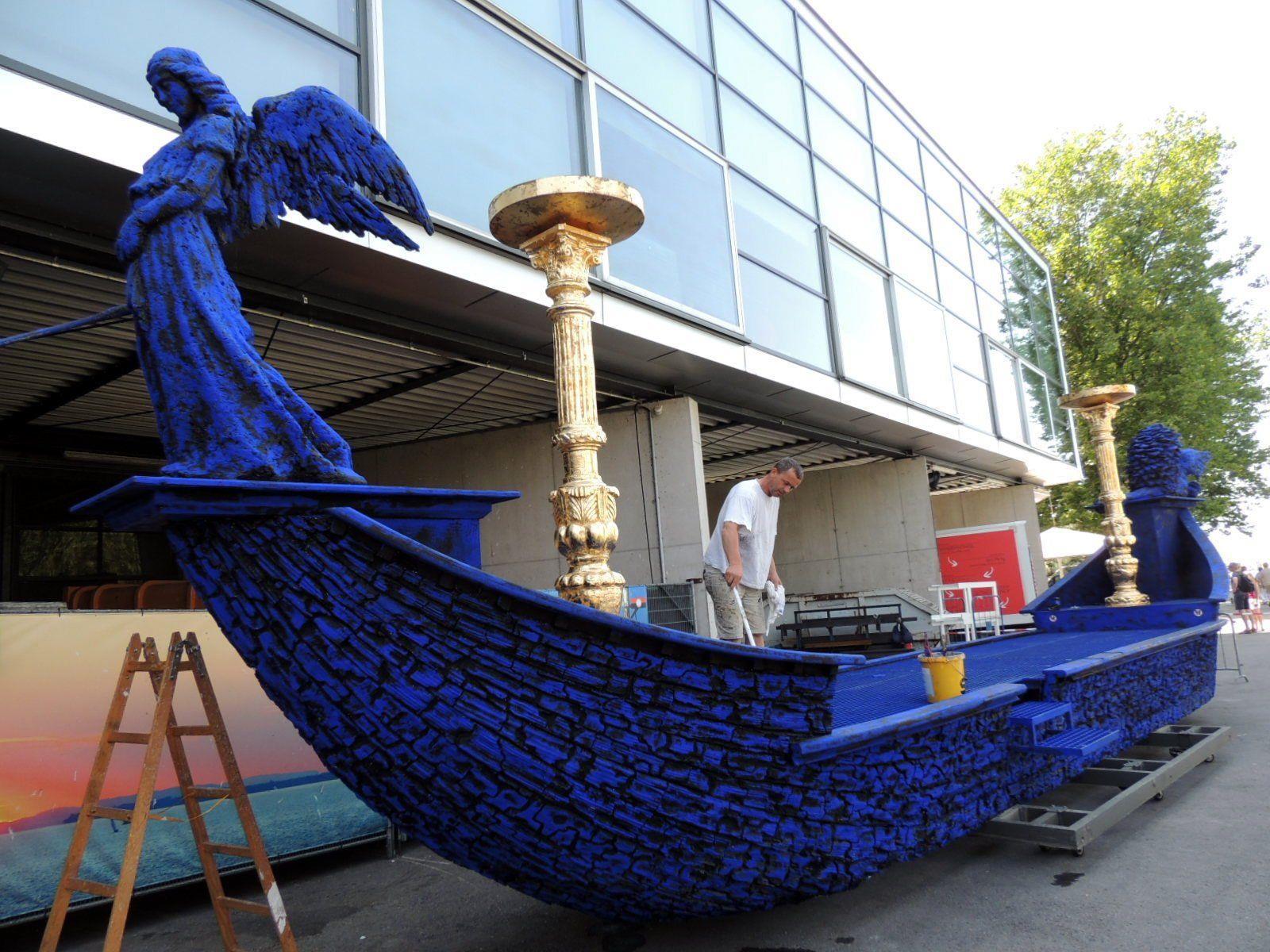 Das Boot der Königin der Nacht erhielt eine auffallende Blaufärbung