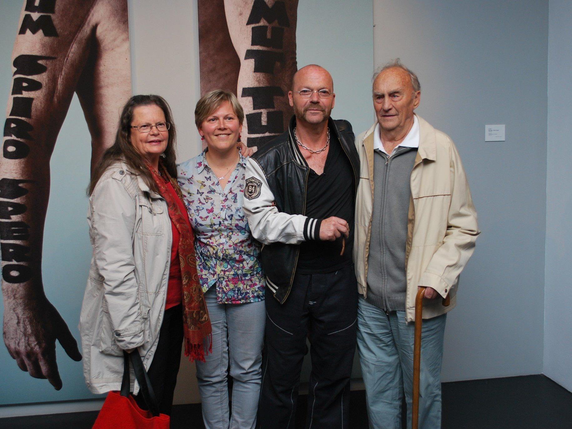 Künstler FLATZ mit seinem Vater Rudolf Flatz, Schwester Christine Dünser (li), Lucie Sumna (Pflegerin)