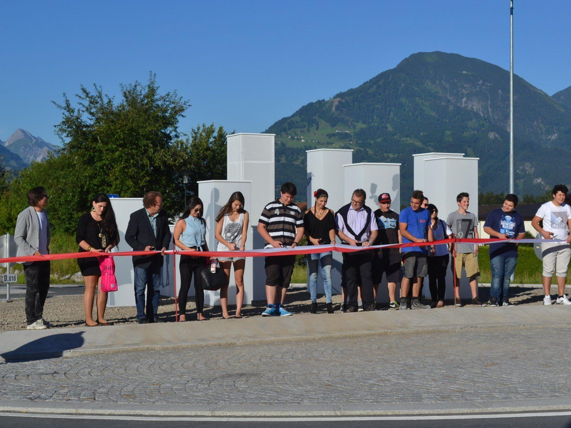 Offizielle Eröffnung des neuen Kreisverkehrs, an dem 30 HiPos-Lehrlinge mitgewirkt haben.