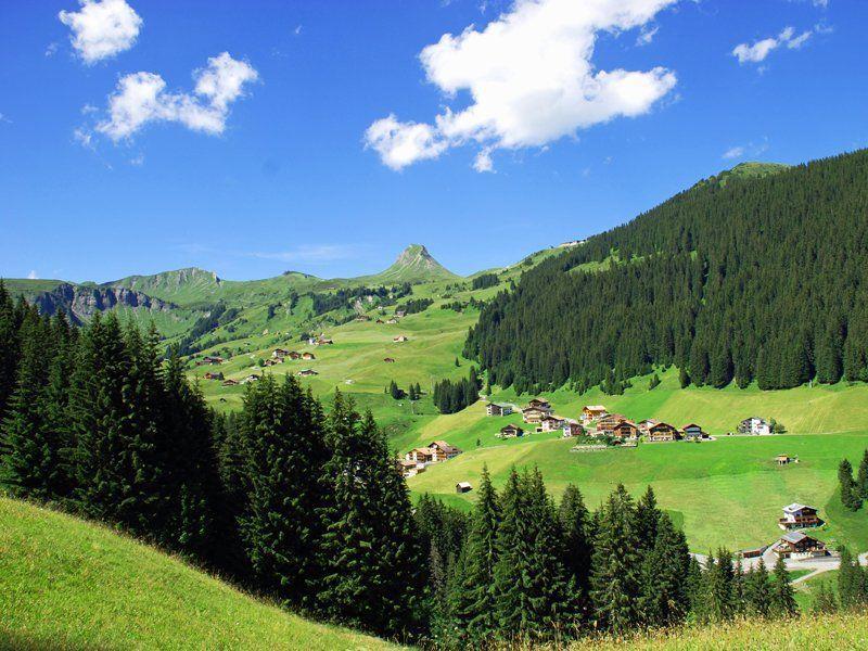 Damuels-Blick-Richtung-Uga-mit-der-Damuelser-Mittagspitze-im-Hintergrund