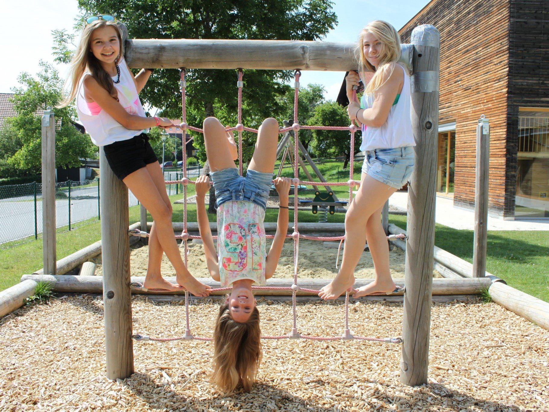 Lena, Aline und Jana freuen sich, endlich die Ferienzeit genießen zu können.