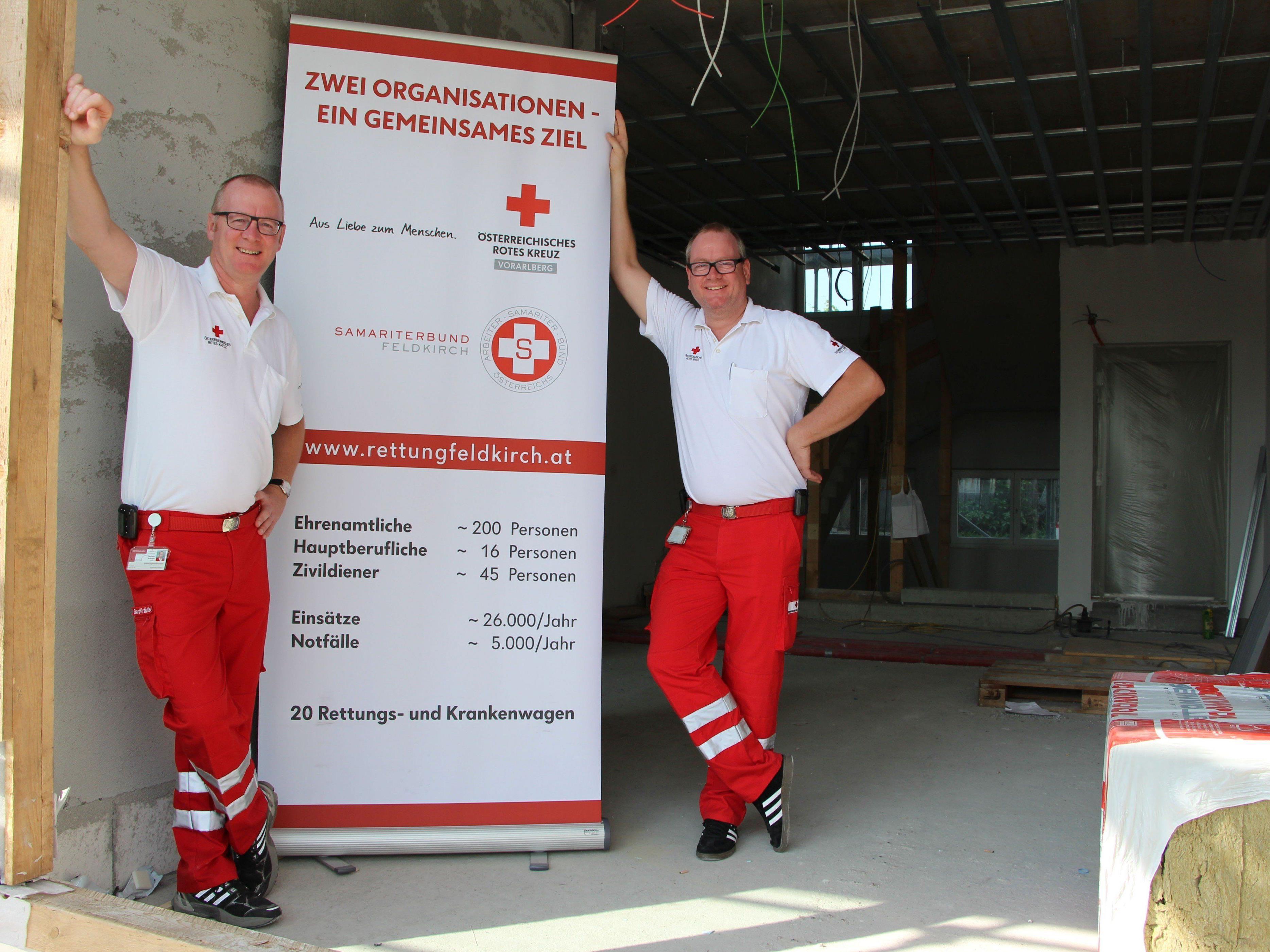 Kommandant Gerhard Kräutler und Dienststellenleiter Paul Kräutler (von links) im Eingangsbereich der neuen Rettungszentrale Feldkirch.