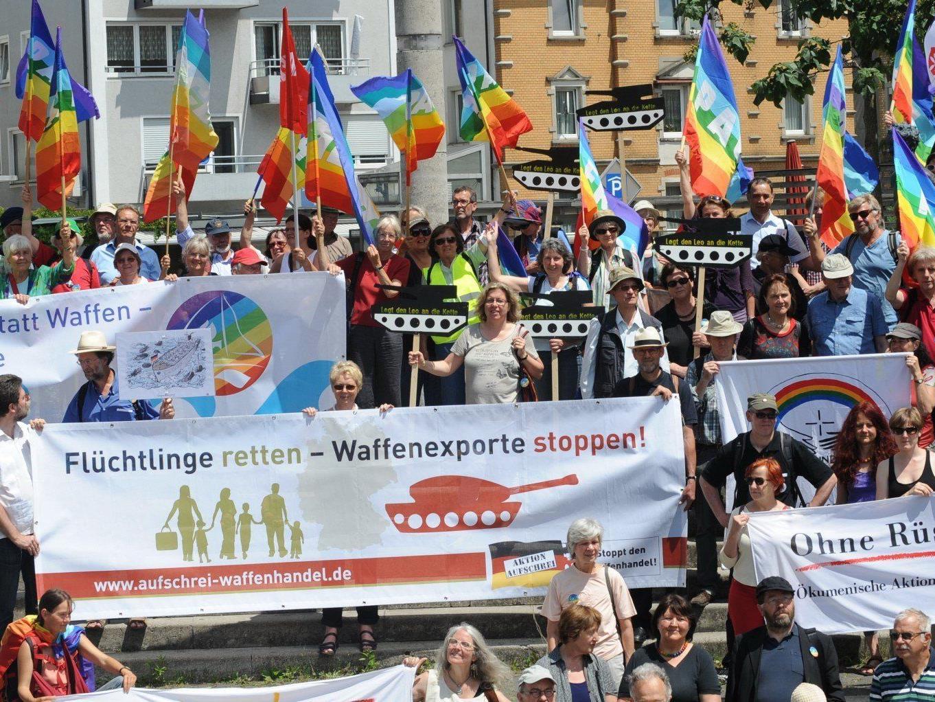"""Der Demonstrationszug """"Frieden schaffen statt Waffen"""" beim Stationsgottesdienst auf dem Friedrichshafener Franziskusplatz."""
