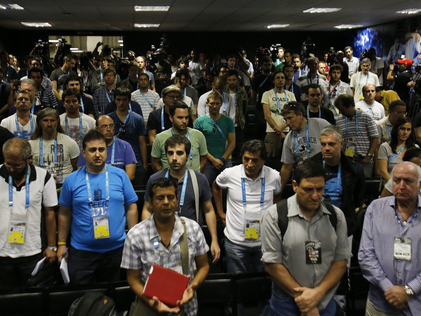 Argentinische Journalisten trauern beim Pressetermin mit der Fußball-Nationalmannschaft um ihre Kollegin.