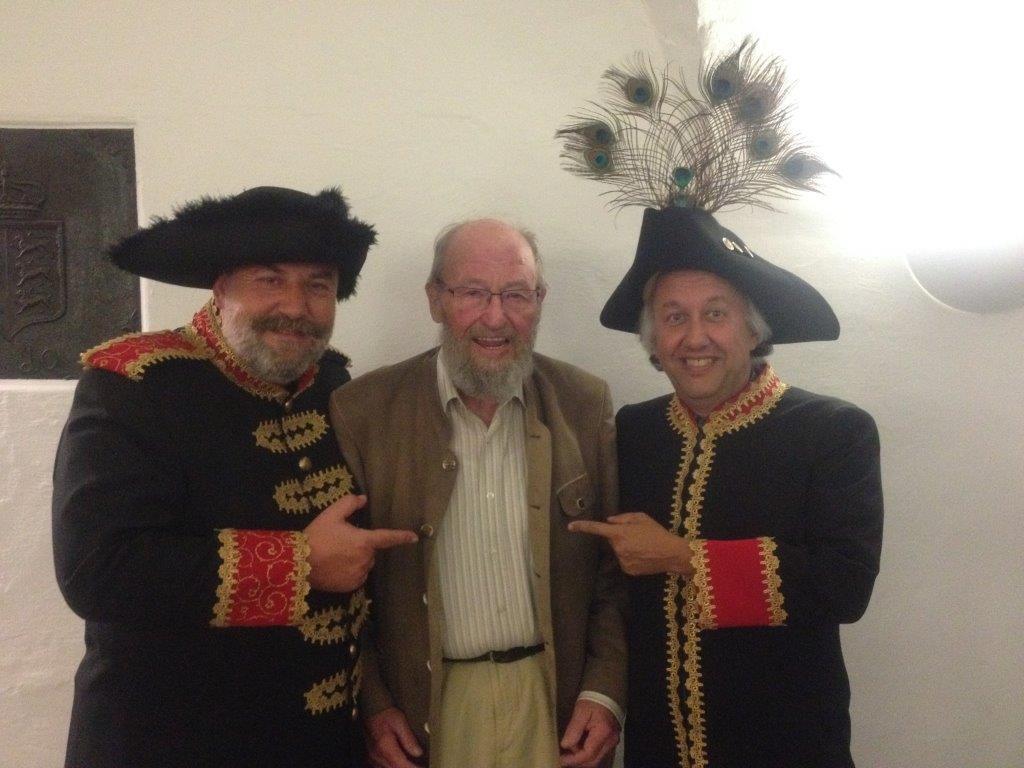 """Die beiden """"ehrwürdigen"""" Sirs (links Lionel, rechts John) mit Regisseur Gerhard Fetka in der Mitte."""