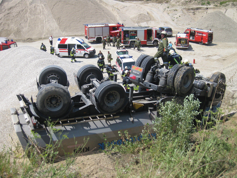 Ein Lkw ist am Donnerstag in einem Kieswerk sechs Meter abgestürzt.