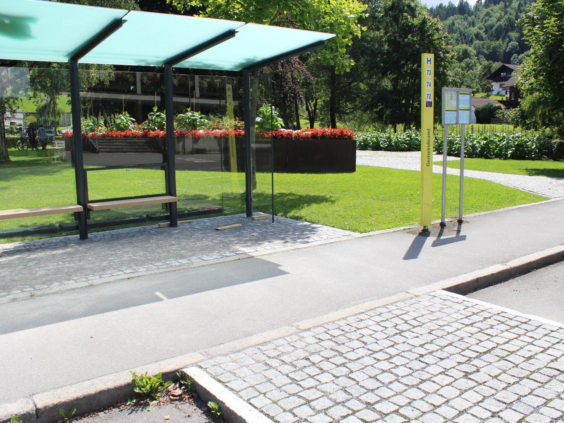 Neues Buswartehäuschen am Gemeindepark