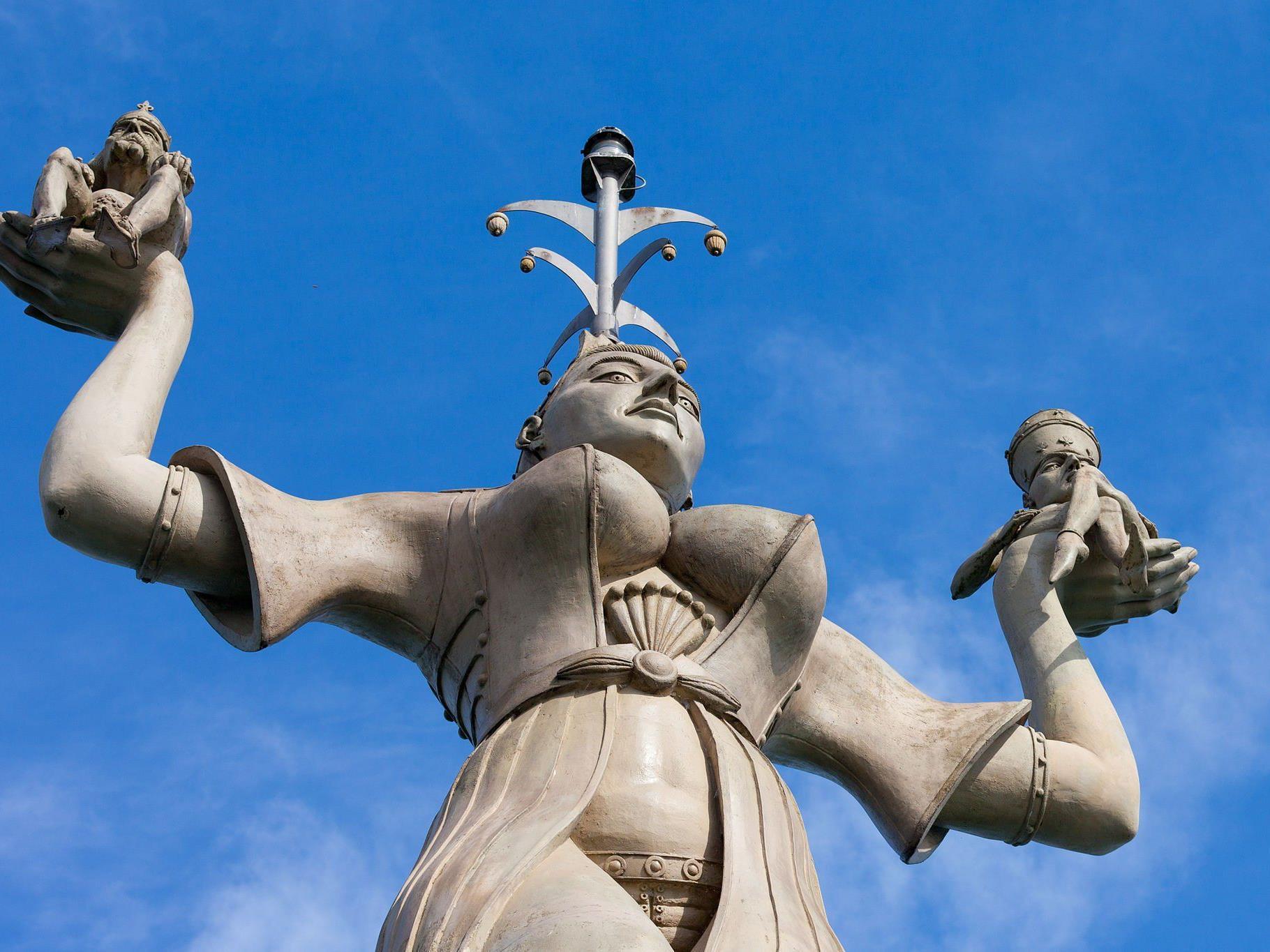 Die Imperia ist eine Statue im Hafen von Konstanz am Bodensee, entworfen und ausgeführt von dem Bildhauer Peter Lenk und 1993 aufgestellt. Die Figur ist aus Beton gegossen, neun Meter hoch, 18 Tonnen schwer