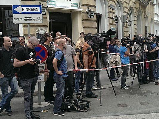 Die Journalisten mussten bei der Räumung wegen des Platzverbots teils auf Abstand bleiben