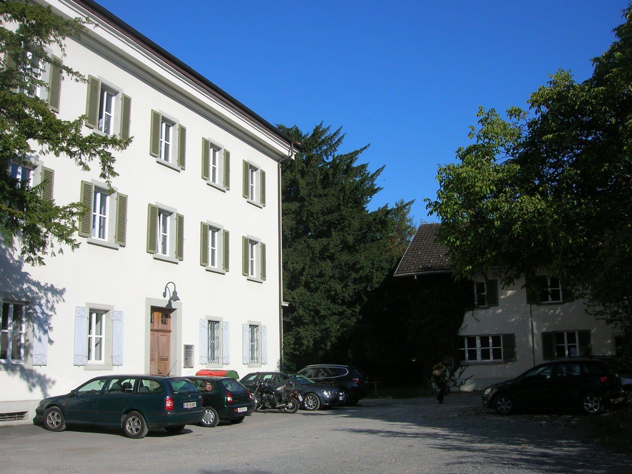 2015 findet der Spatenstich für den Kiga statt. Das Gebäude rechts hinten wird abgebrochen.