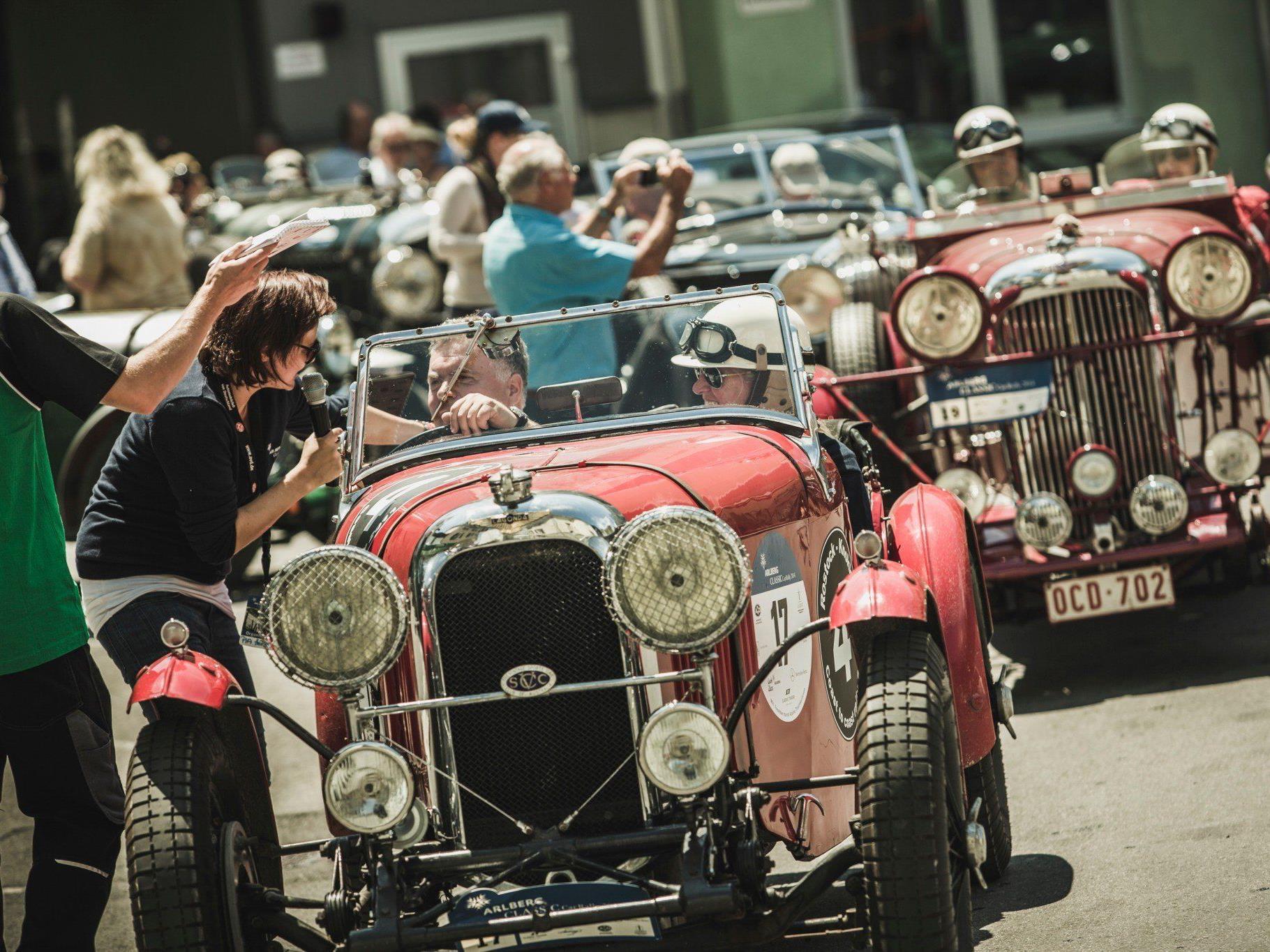 Hunderte Schaulustige versammelten sich am Donnerstag, 26. Juni 2014 am Rüfiplatz in Lech, um die rund 110 automobilen Klassiker aus 13 Nationen zu verabschieden.