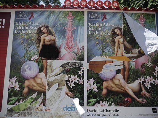 Ein beschädigtes und beschmiertes Life Ball-Plakat mit dem Aufreger-Sujet