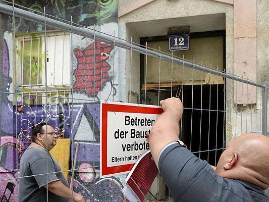 Arbeiter bei Aufräumarbeiten im Haus Mühlfeldgasse 12 in Wien- Leopoldstadt
