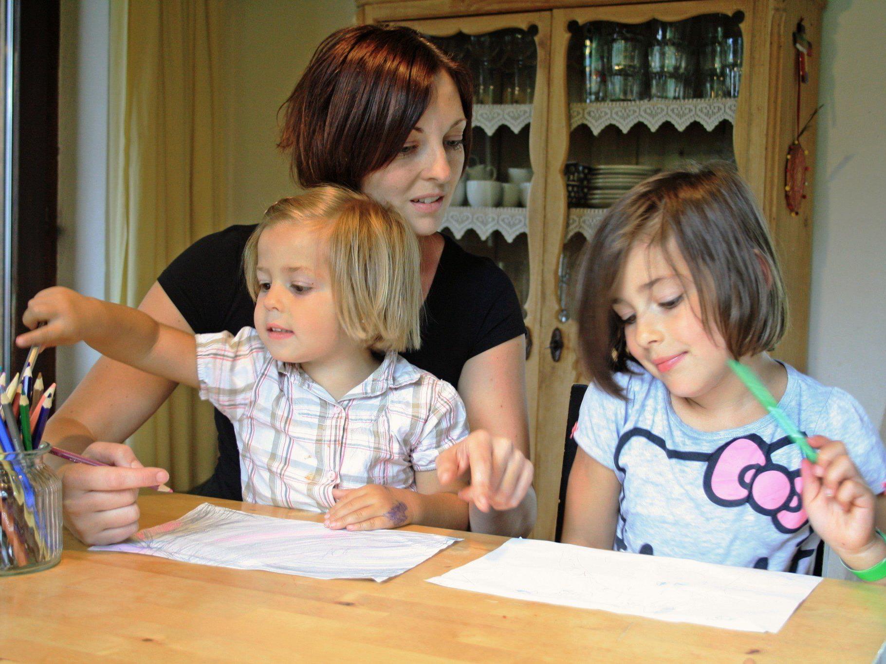 Nadine Kasper mit ihren Töchtern Anna und Alina.