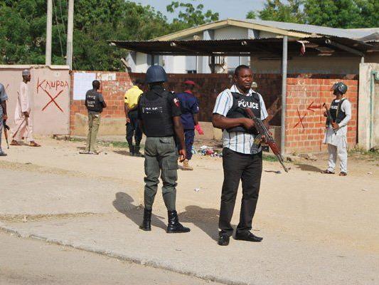 Polizei steht Wache nach einem Selbsmordattentat in Nigeria.