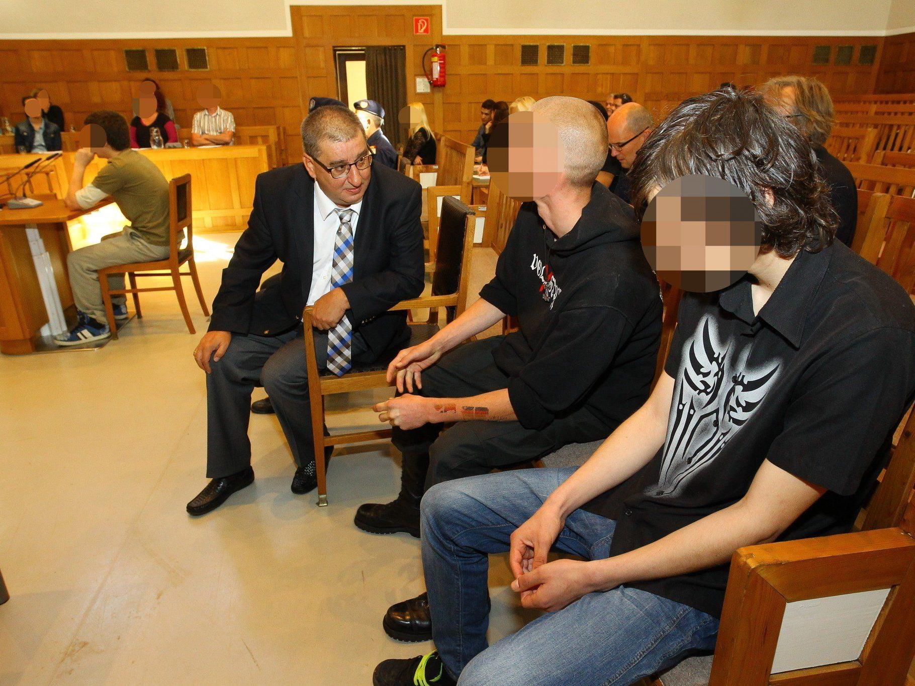 Das Verfahren wird zeigen, ob die vier sich strafbar gemacht haben und ob sie deshalb schuldig gesprochen werden können.