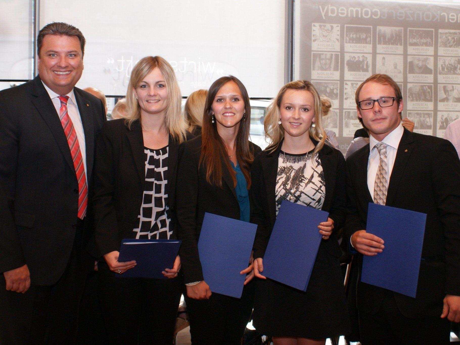 V.l.n.r: Prokurist Daniel Drißner mit den den erfolgreichen AbsolventInnen Stefanie Muther, Isabell Scheucher, Samra Husic und Manuel Hartmann.