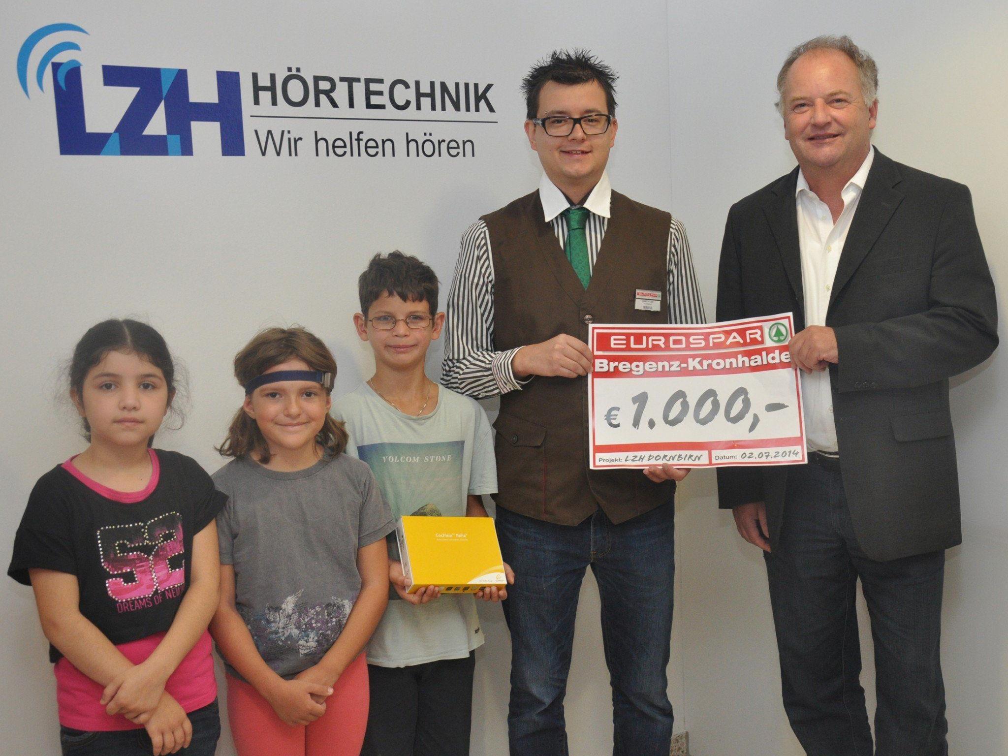 Marktleiter René Ditzer vom EUROSPAR Bregenz-Kronhalde übergibt den Spendenscheck an Johannes Mathis, Direktor des Landeszentrums für Hörgeschädigte Dornbirn.