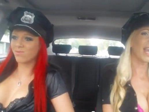 Was die Herren in Uniform können, können diese beiden Damen schon lange