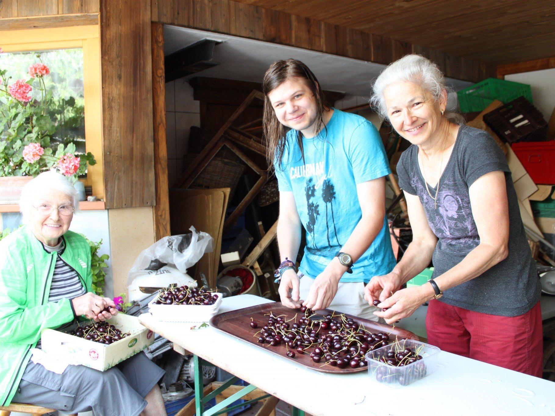 Monika Summer vom Fraxner Schnapsatelier mit Mutter Martha und Sohn Norbert beim Verlesen der Fraxner Kriasi.