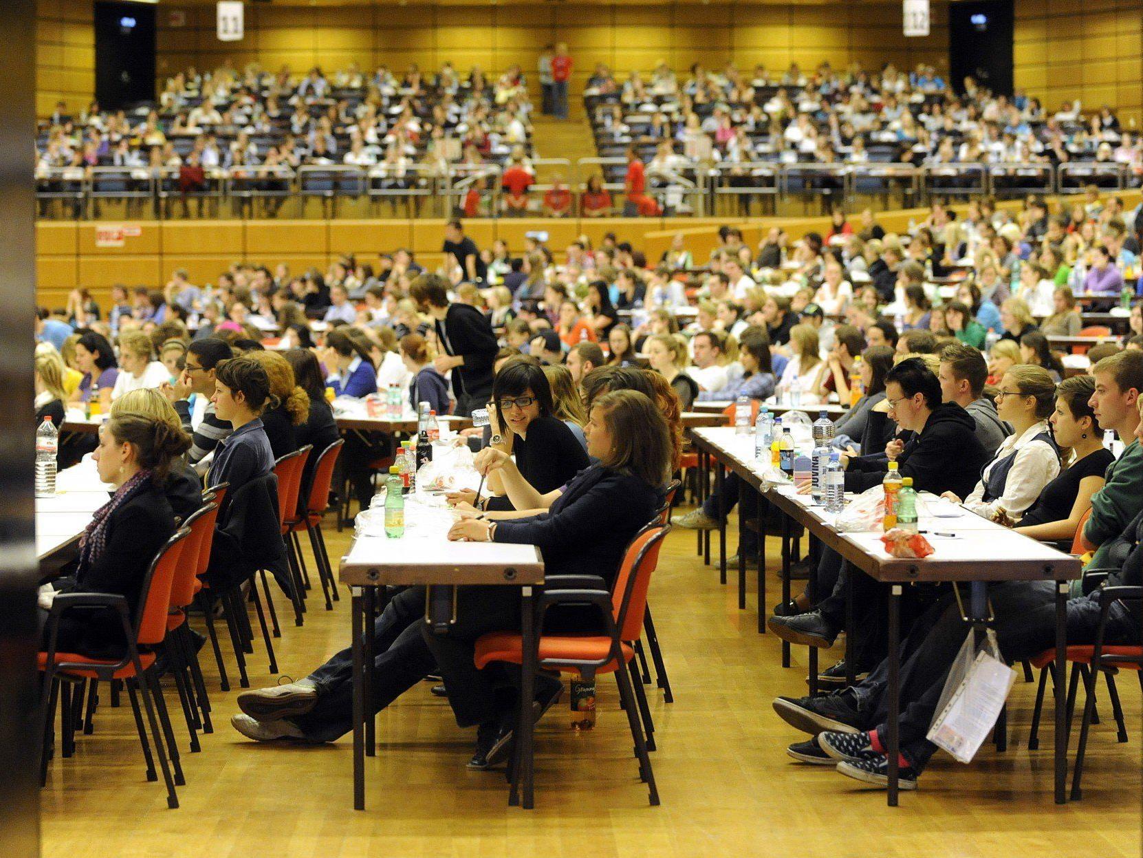 So überlaufen sind derzeit die Aufnahmetests für die beliebtesten Studiengänge an Österreichs Unis.