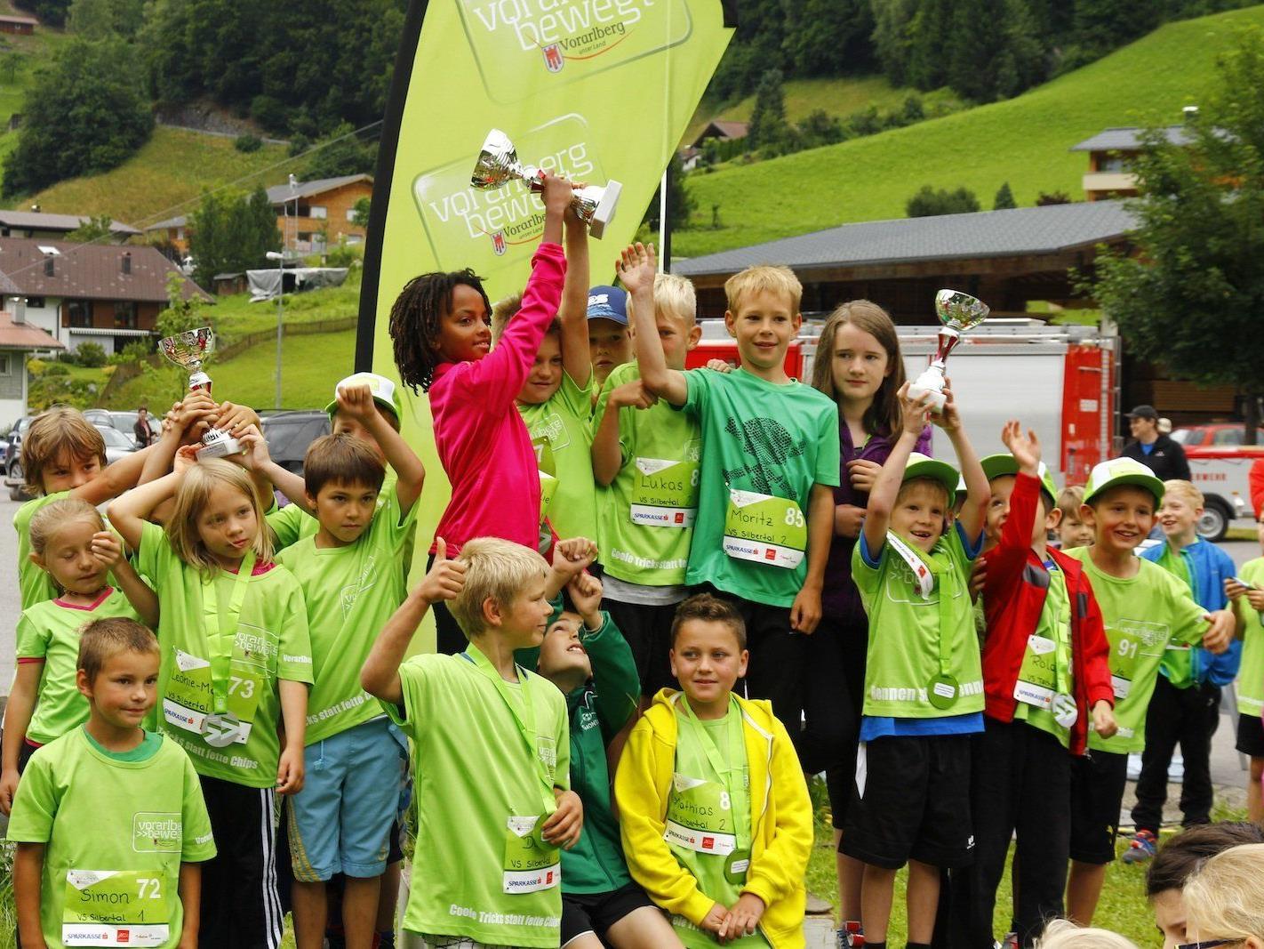 Glückliche Gesichter bei der Siegerehrung des School run