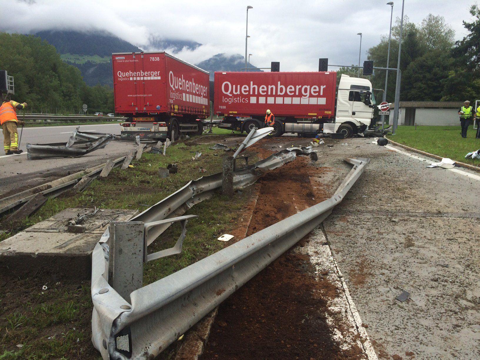 Der Lkw durchbrach den Fahrbahnteiler bei der Einfahrt zum Kontrollplatz Tschallenga.