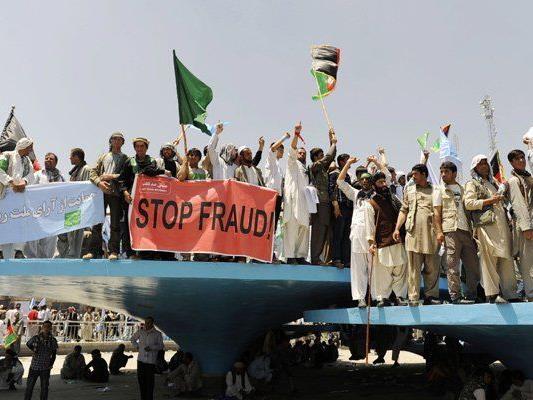 Unterstützer von Abdullah Abdullah demonstrieren gegen Wahlbetrug.