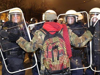 Erneut wurde der Polizeieinsatz beim Akademikerball kritisiert.