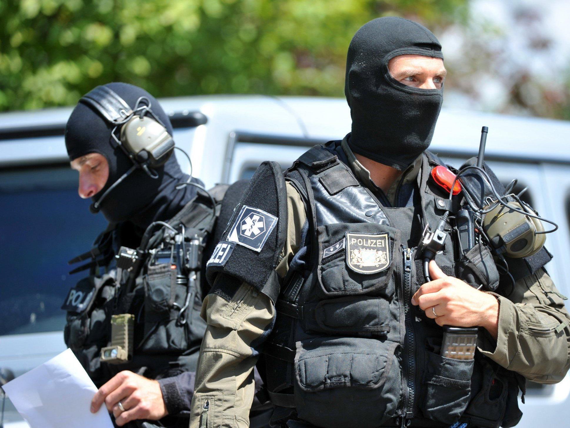Deutscher Polizist schießt um sich und verschanzt sich - SEK vor Ort.