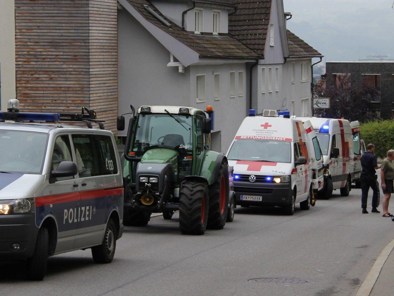 Der Schweizer Urlauber prallte mit seinem Motorrad gegen eine Hauswand.