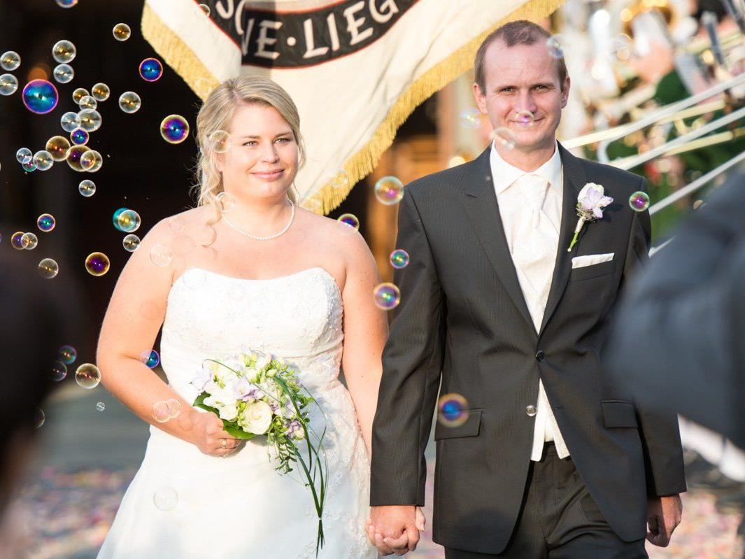 Das glückliche Paar beim Auszug aus der Kirche