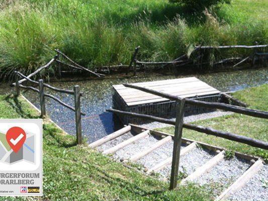 Beschädigte Geländer im Einstiegsbereich des Kneippbeckens.