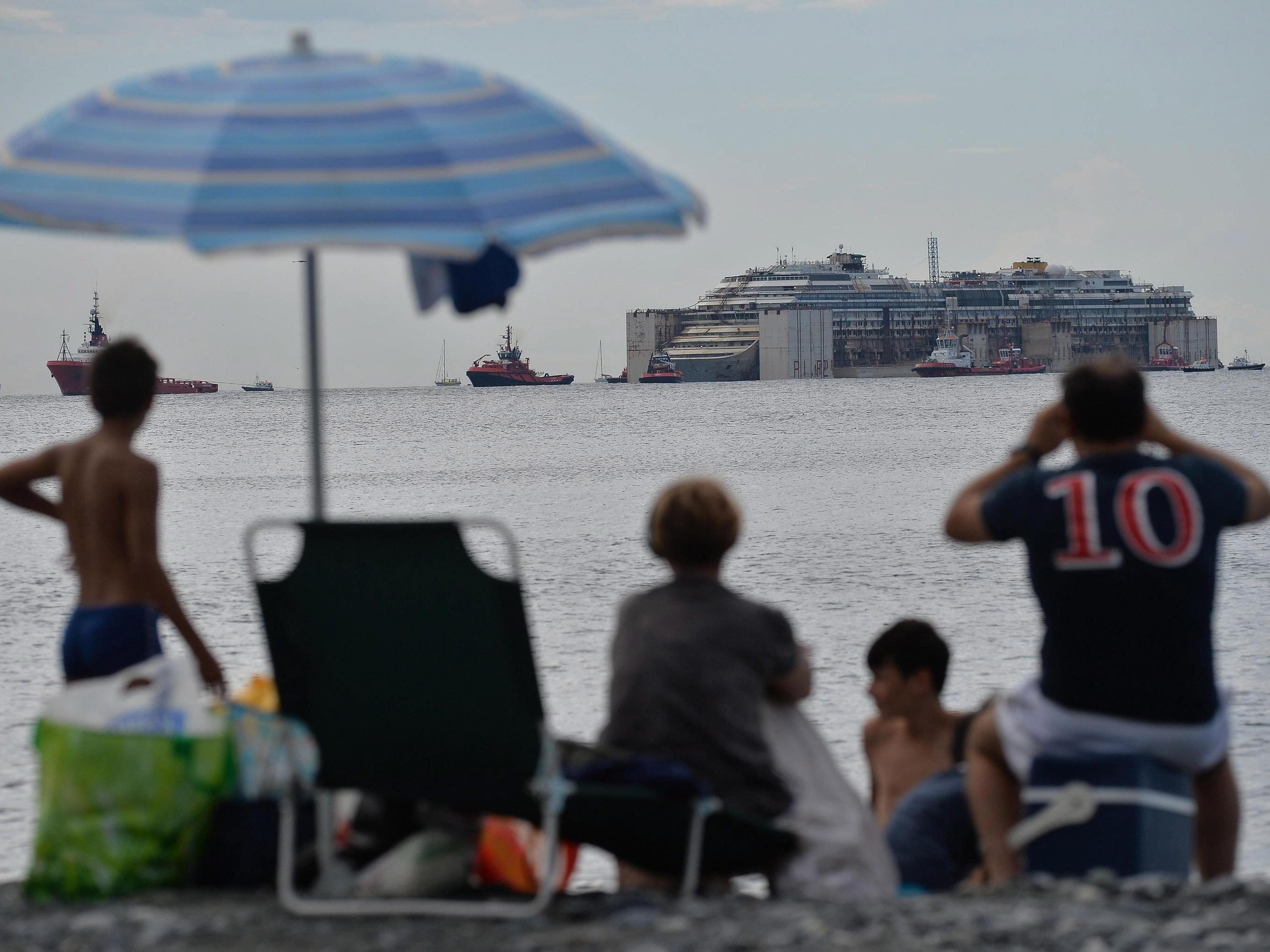 Die Ankunft der Costa Concordia vor Genua wird zum Ausflugsziel.