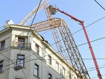 Kran in Wiener Wohnhaus gekracht - Arbeiten abgeschlossen