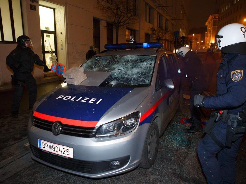 Der Angeklagte soll die Polizeistation Am Hof beschädigt haben.