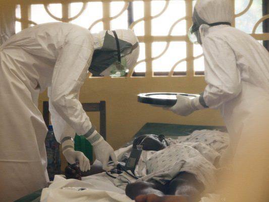 Ein Arzt in Liberia behandelt einen Ebola-Patienten.