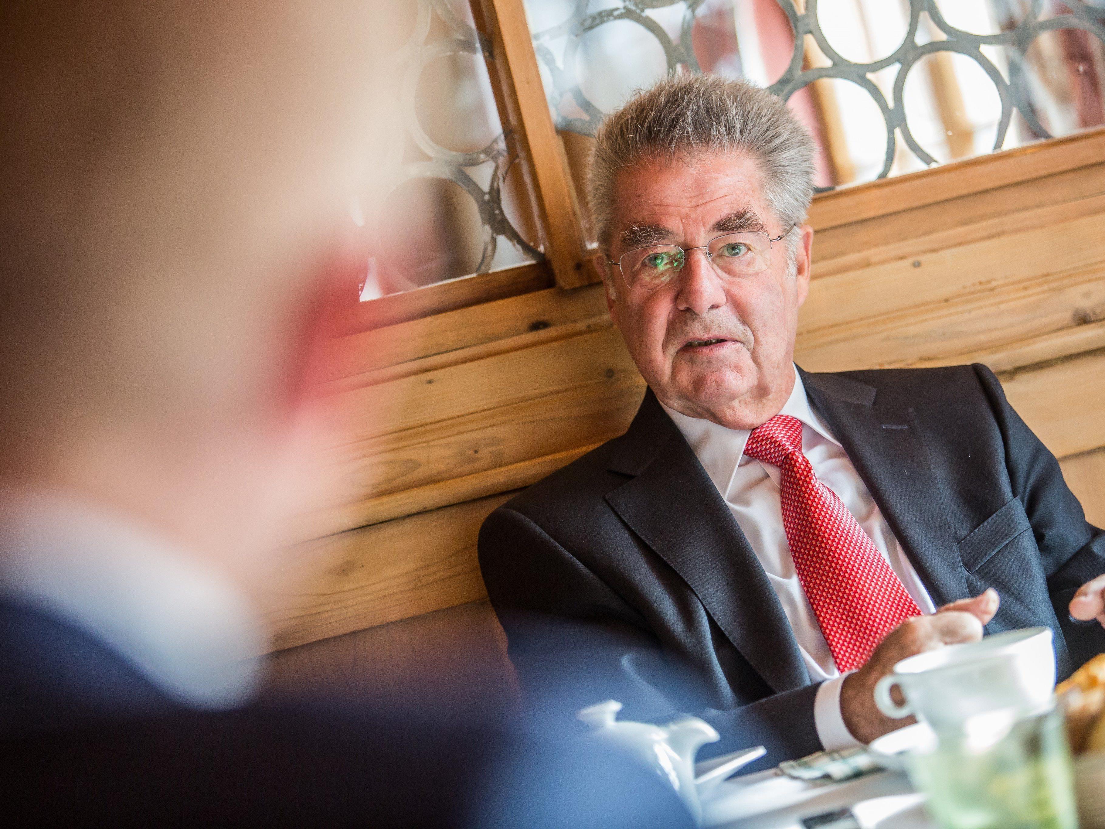 Fischer sorgt sich um die Große Koalition. Stehen bald Neuwahlen an?