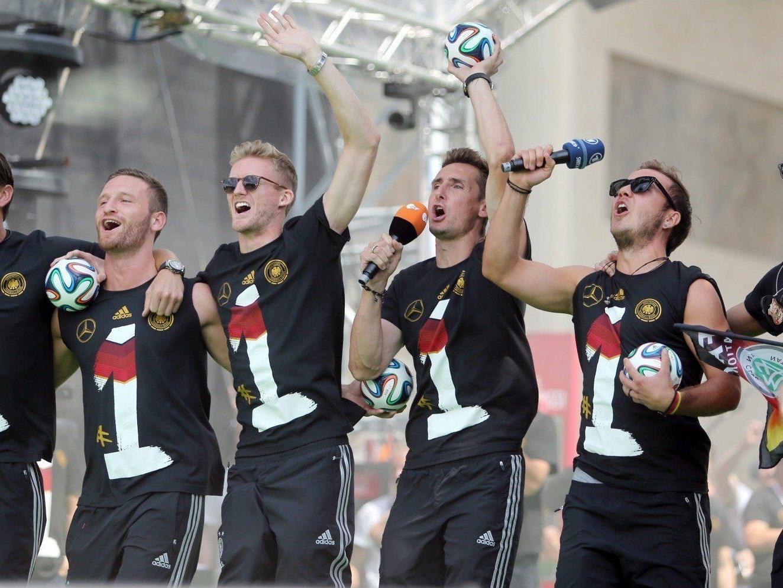 """Öffentliche Empörung über """"Gaucho-Tanz"""" von DFB-Spielern nach WM-Sieg."""